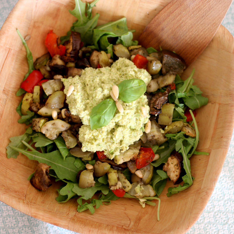Salada quente com pesto de abacate