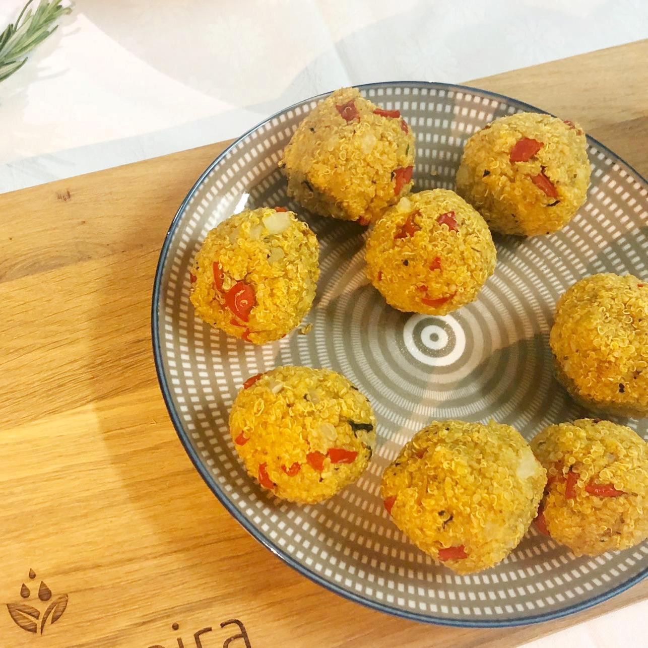 Bolinhas de Quinoa com Molho de Iogurte e Hortelã
