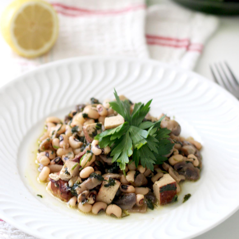 Salada Quente de Feijão Frade e Tofu Fumado